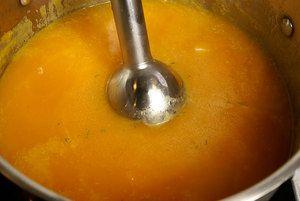 Пробить тыквенный суп блендером до однородной консистенции