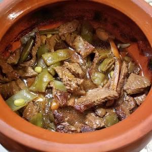 Добавить стручки гороха (или фасоли), устричный соус, сладкий соевый соус, кунжутное масло и перец, перемешайте и доведите до кипения. Снимите с огня, сервируйте с белым рисом.