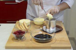 На центр тарелки поставьте форму для десерта. В нее выкладывайте слоями: половинки печения савоярди, смоченные в кофе, сыр, взбитый с сахарной пудрой, ягоды, чередуйте слои, пока форма не заполнится. Верхний слой закройте сыром.