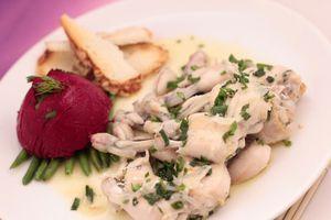 На  тарелку выложить фасоль, на нее суфле из свеклы.   Рядом уложить готовые лягушачьи лапки, полить оставшимся соусом.