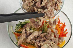 Вареные желудки нарезать брусочком, выложить на овощи.