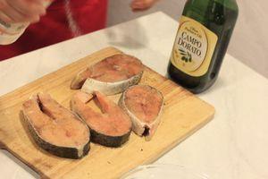 Замариновать с солью, перцем, оливковым маслом и приправой для гриля. Оставить на 15 минут.