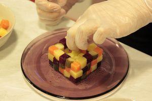 """Вареные овощи очистить, аккуратно нарезать одинаковыми кубиками, с помощью линейки. (размер сторон на ваше усмотрение, чтобы удобно было складывать """"кубик""""). Сбрызнуть овощи оставшимся оливковым маслом."""