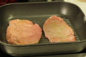 На раскаленной сковороде гриль обжарить стейк по 2 минуты с каждой стороны. До температуры 63С внутри мяса. (мидиум)