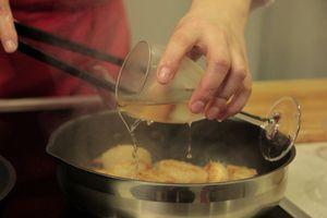 На разогретую сковороду выложить натертый на мелкой терке чеснок и оливковое масло. Обжарить гребешок насечкой вниз примерно по 1-2 минуты с каждой стороны, затем добавить перец чили соломкой и влить белое вино. Немного выпарить.