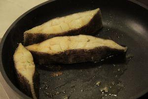 Стейки сбрызнуть соком лимона, посолить, поперчить по вкусу. Обжарить на раскаленной сковороде по 3 минуты с каждой стороны, до готовности рыбы.