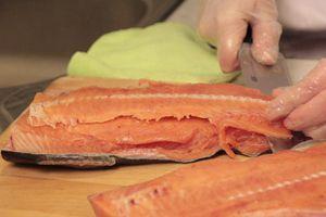 Разрезать пополам,вдоль хребта. Разделать на чистое филе без кожи и костей.