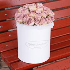 Розы Мемори Лейн в белой шляпной коробке XL ~29шт