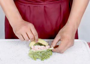 Нарежьте огурец и авокадо брусочками. Сыр положите в кондитерский мешок. Вареные креветки разрежьте вдоль пополам.