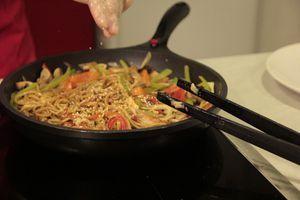 Мы взяли разноцветный перец, морковь, лук, чеснок, шампиньоны и немного побегов консервированного бамбука.