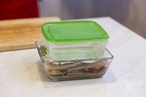 Установить на рыбу емкость с водой, в качестве пресса. Поставить в холодильник на 1-1,5часа.