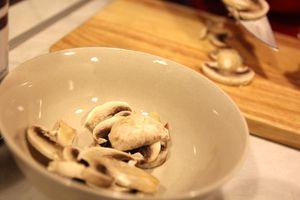 Шампиньоны нарежьте тонкими пластинками, обжарьте на оливковом масле в течение пары минут.