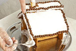 Оформите домик на свой вкус. Мы использовали цветные цукаты, сухие шоколадные шарики, орешки