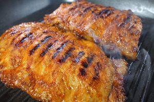 На хорошо разогретой сковороде с растительным маслом обжарить ребра с одной стороны 5-7 минут до румяной корочки, затем с другой стороны 5-7 минут.