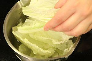 Капусту разделить на листья, промыть, обсушить.