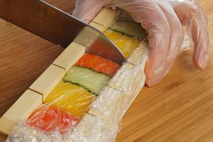Разрежьте готовые прессованные суши по специальным меткам острым ножом