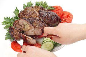 Готовую лопатку освободите от пакета или фольги, снимите нить. Подайте с свежими овощами  и зеленью.