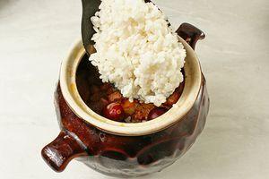 Сверху на овощи выложить рис. Рис солить не надо, т.к овощи и мясо у нас уже соленые