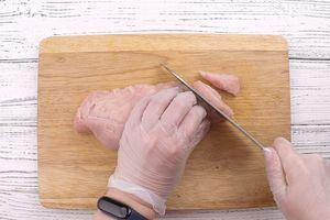 Филе индейки нарезать полосками толщиной примерно 1 см.