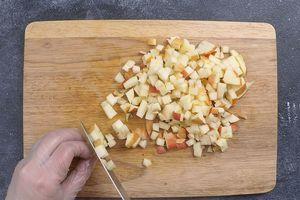 Оставшиеся яблоки нарезать кубиком 1,5*1,5см.