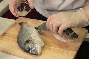 Рыбу сбрызнуть лимонным соком, посыпать солью и специями.