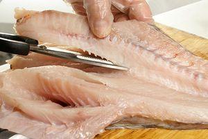 Морского черта разрезать вдоль брюшка, вырезать аккуратно хребет