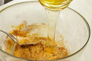 Влить к сахарно-яичной смеси мед, добавить размягченное масло