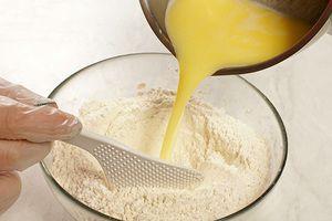 Влейте получившуюся смесь в муку и замесите тесто