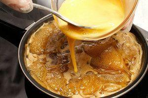 Яйцо взбейте до однородной консистенции и влейте тонкой струйкой по всей поверхности мяса. Потушите 1 минуту. Яйцо должно быть чуть жидким