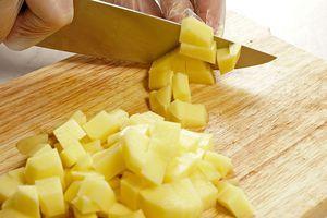 Лук и картофель тоже нарежьте кубиком
