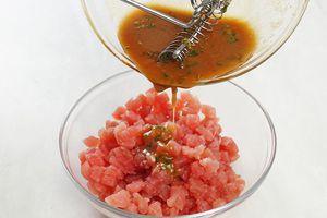 Перемешайте соус с тунцом ( добавляйте соус частями, чтобы тунец не плавал в нем) и дайте замариноваться 10-15 минут