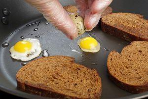 Отдельно обжарьте хлеб и перепелиный яйца на оформление