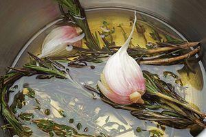 Приготовьте ароматное масло: для этого в небольшой кастрюльке разогрейте оливковое рафинированное масло с парой зубчиков раздавленного чеснока и веточками тимьяна. Доведите до кипения, снимите с огня. Дайте настояться.