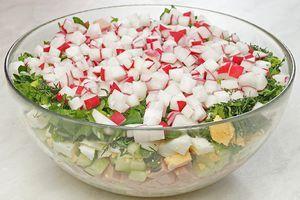 Картофель, огурцы, редис, яйцо, колбасу или вареное мясо нарезать кубиком.