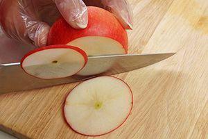 Приготовьте украшение из яблок. Для этого яблоко нарежьте тонкими пластиками.