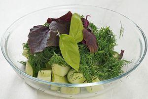 В отдельной чашке смешайте огурцы, укроп и базилик, посолите, поперчите по вкусу