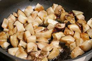 Кубики грибов обжарить на разогретой с оливковым маслом сковороде, посолить, поперчить, влить немного бульона и потушить под крышкой