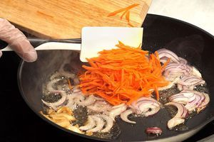 Затем уберите шкварки, обжарьте на вытопившемся жире лук и морковь до мягкости.