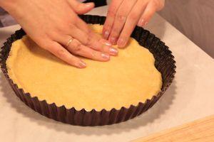 Выложить тесто в смазанную форму, разровнять, сделать бортики. Поставить в холодильник на 15-20 минут.