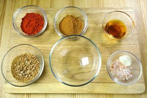 Смешать коричневый сахар, морскую соль, специи для гриля, копченую паприку и нарезанный чеснок.