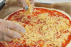 На соус распределить натертый сыр.