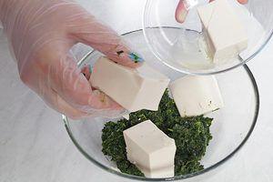 Смешайте в глубокой миске шпинат и творог тофу