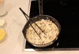 На разогретой с сливочным маслом сковороде обжарить лук до прозрачности, добавить шампиньоны, посолить, поперчить по вкусу. затем добавить окорочка, залить сливками.