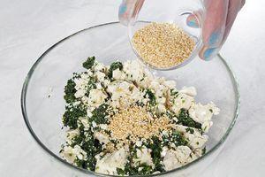 Заправьте по вкусу солью (можно добавить соевого соуса), перцем, кунжутным маслом и семенами обжаренного кунжута. Хорошо перемешайте