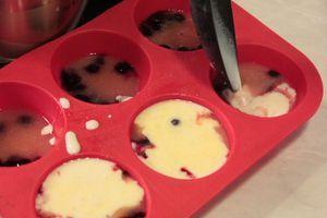 Затем разлить получившуюся смесь для панакоты по формам. Остудить до комнатной температуры и убрать в холодильник на 2-3 часа.