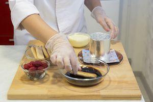 Заварите крепкий кофе, можно по вкусу в него добавить сахар, если вы любите более сладкие десерты. Остудите.