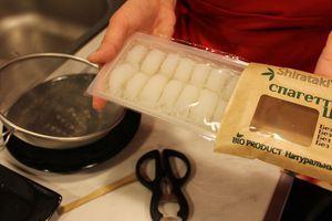 Спагетти освободить от упаковки, слить рассол.