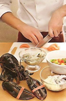 Для креветочной составляющей креветки очистите от панциря, удалите кишечную вену. Чеснок и листочки розмарина измельчите, смешайте с маслом и хлопьями чили, залейте креветки и поставьте в холодильник на 2 ч.