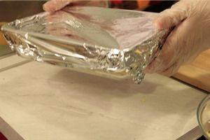Накрыть форму фольгой и поставить в разогретую до 180С духовку на 20-25 минут. Тушить до готовности картофеля.