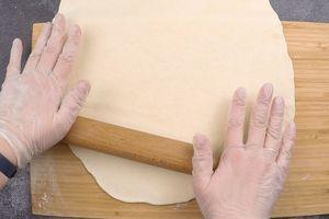 Готовое тесто раскатать в прямоугольный пласт толщиной 0,6 см.